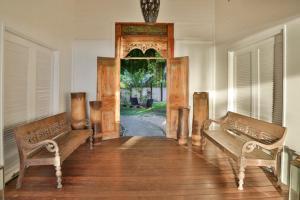 Uma área de estar em Moorea Beach Lodge