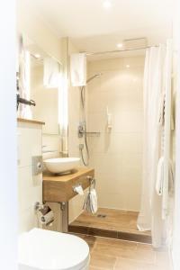 A bathroom at Maingau Hotel