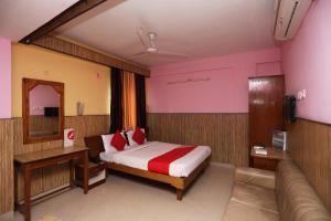 A bed or beds in a room at OYO 10685 Hotel Centre Point