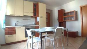 A kitchen or kitchenette at Residenza Cleopatra 4