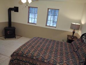 A bed or beds in a room at Doveberry Inn