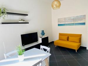 A television and/or entertainment centre at Cosy Flat with Sea View Balcony