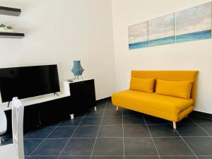 A seating area at Cosy Flat with Sea View Balcony