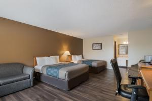 A bed or beds in a room at Econo Lodge Inn & Suites Hoquiam