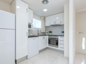 Una cocina o zona de cocina en Peaceful Apartment in Roses near de la Punta Beach