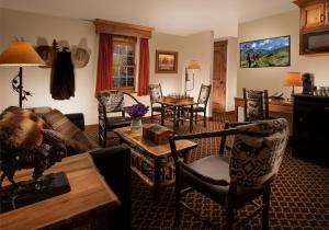 A seating area at Parkway Inn