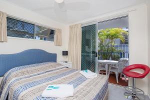 Кровать или кровати в номере Surfers Beach Resort One