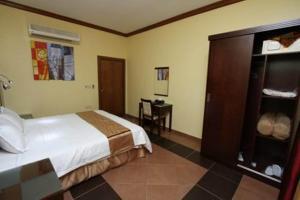 Cama ou camas em um quarto em Raoum Inn Arar