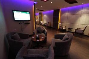 Uma área de estar em Raoum Inn Arar