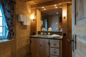 Ein Badezimmer in der Unterkunft Chalet Berghof Sertig