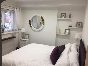 A bed or beds in a room at Harpenden House Apartment 6