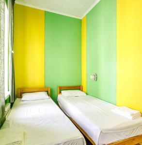 Кровать или кровати в номере Ель Хостел и Кофейня