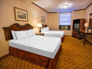 Кровать или кровати в номере Night Hotel Broadway