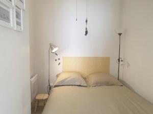 A bed or beds in a room at T1 avec parking à 2mn de la gare