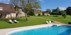 The swimming pool at or near Le Clos-Lascazes maison d'Hôtes