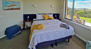 A bed or beds in a room at Eagle Rock retreat B&B, Fish Creek