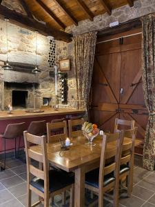 A restaurant or other place to eat at Casa Camino Turismo Rural