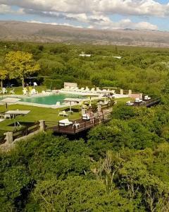 Una vista aérea de Balcón del Río, Hotel de Campo y Cabañas