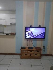 Uma TV ou centro de entretenimento em Apartamento Beira Mar Floripa