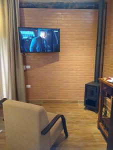 A television and/or entertainment center at Pousada Recanto Primavera