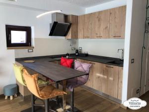 A kitchen or kitchenette at Vittoria Casa Vacanza