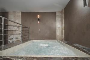 المسبح في Swiss In Tabuk Hotel أو بالجوار