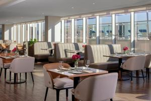 Ресторан / й інші заклади харчування у Avani Palm View Dubai Hotel & Suites