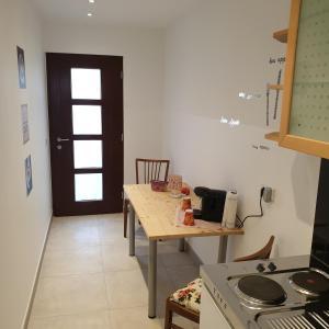 A kitchen or kitchenette at Home-Rose-Garden-Gästehaus kontaktloser Zugang