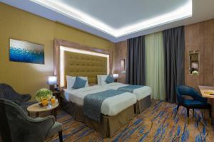 Cama ou camas em um quarto em IRIDIUM Alhamra Hotel