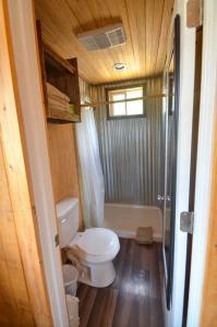 A bathroom at Cowboys and Angels Retreat