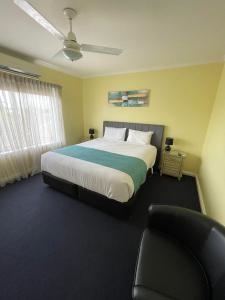 A bed or beds in a room at Hamilton Town House Motel