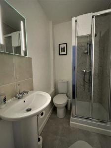 A bathroom at The Gateway Hotel