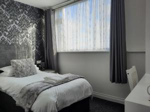 A bed or beds in a room at Balmoral