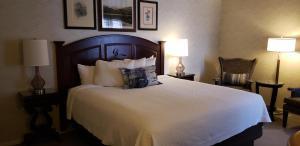A bed or beds in a room at Hotel Boulderado