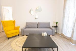 A seating area at APPARTEMENT T4 D'EXCEPTION GARE ST CHARLES/VIEUX PORT
