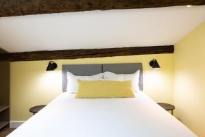 A bed or beds in a room at Les Appartements Maison Montgrand-Vieux Port