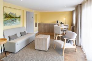 A seating area at Les Appartements Maison Montgrand-Vieux Port