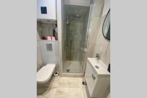 A bathroom at Studette entièrement rénovée proche gare - Libération 2