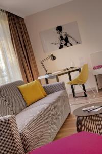 A seating area at Hotel Indigo - Dusseldorf - Victoriaplatz, an IHG Hotel