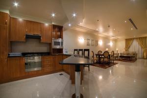A cozinha ou cozinha compacta de Al Rashid Residence
