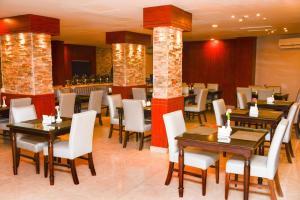 Um restaurante ou outro lugar para comer em هيفن بلازا