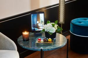 A television and/or entertainment centre at Le Roch Hotel & Spa