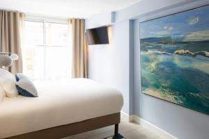 A bed or beds in a room at Hôtel Maison Montgrand - Vieux Port