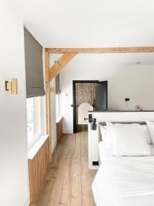 A bed or beds in a room at Boutique hotel Hippe Hendrik