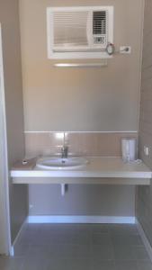 A bathroom at Nhill Holiday Inn