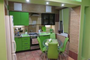 Кухня или мини-кухня в Apartment on Kominterna 20
