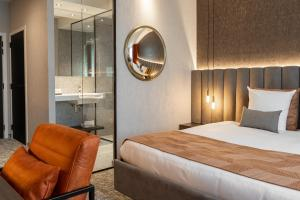 A bed or beds in a room at Van der Valk Hotel Mons Congres