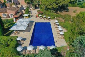 Вид на бассейн в Hôtel La Mandarine или окрестностях