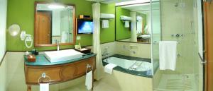 Et badeværelse på Taj Malabar Resort & Spa, Cochin.