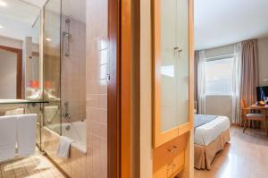 A bathroom at Posadas de España Malaga